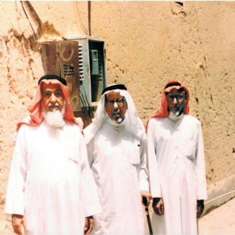 محمد السبيعي مع أخيه عبدالله وابن عمه و أخيه من الرضاعة عبدالرحمن الناصر السبيعي أمام منزل عمه ناصر في عنيزة.