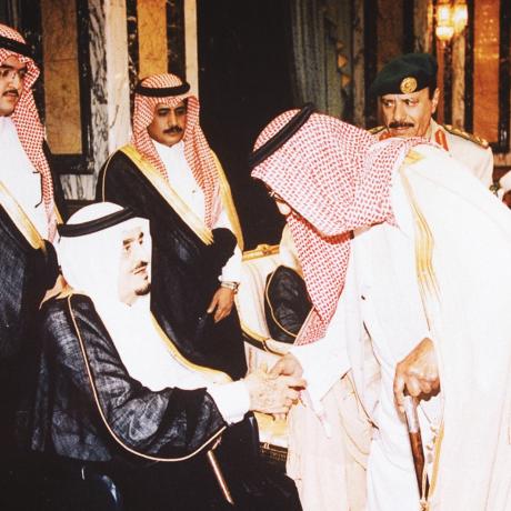 خادم الحرمين الشريفين الملك فهد بن عبدالعزيز - رحمه الله - مستقبلاً الوالد في الديوان الملكي نهاية التسعينات الميلادية. العلاقة بين الرجلين قامت على المحبة والصدق والوفاء الدائم لأكثر من أربعين عاماً.